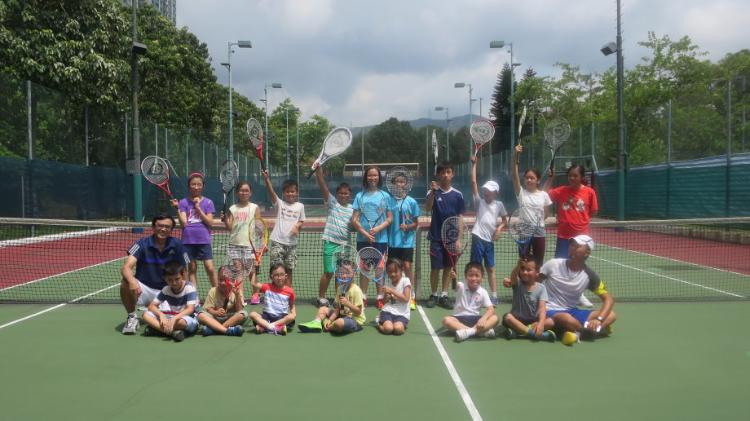 與網球班學生合照