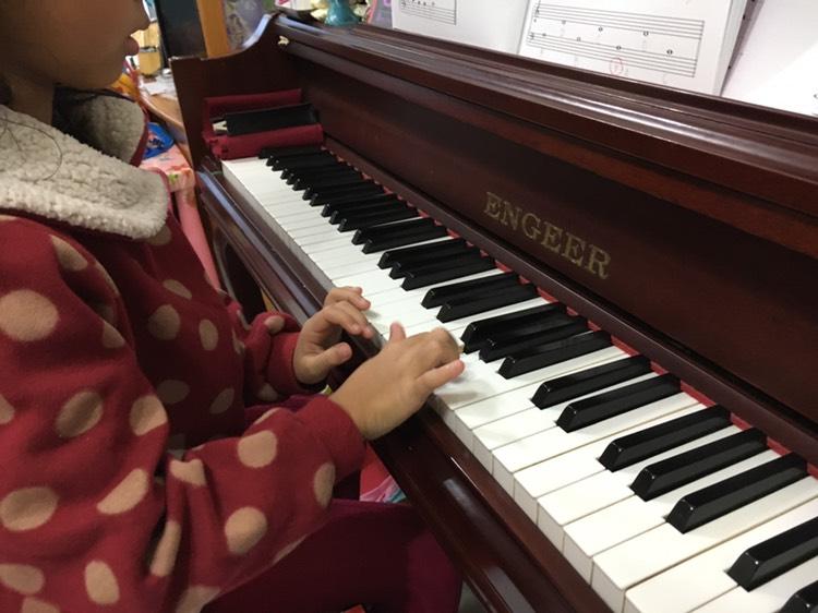 兩姐妹學鋼琴