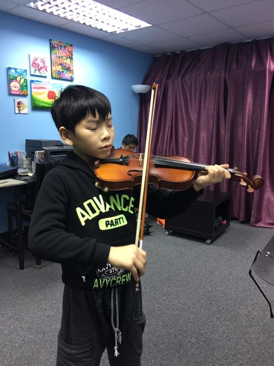 學生於專業及愉快的教學環境下學習小提琴