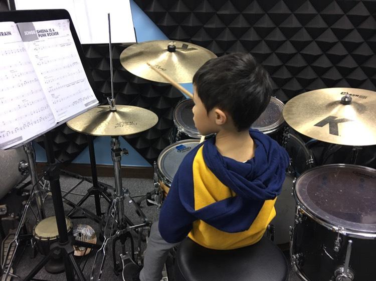 學生於專業及愉快的教學環境下學習打鼓