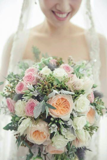 Bridal bouquet with garden roses.  庭園玫瑰歐式新娘花球