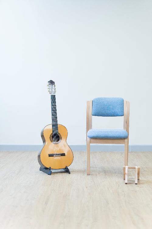 我哋上堂提供樂器俾學生,方便學生可以唔洗帶自己樂器:呢個setup係古典結他!