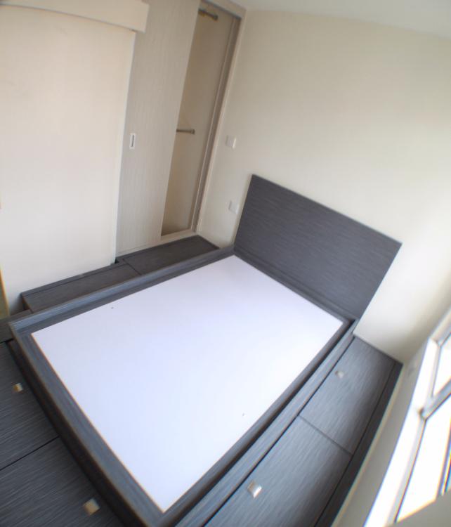 地台睡床, 側有小衣帽間,迎合戶主大量衣物擺放。