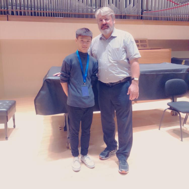 2015年遠赴北京中央音樂院,接受奧地利薩爾茲堡音樂院教授 Radovan Vlatkovic指導