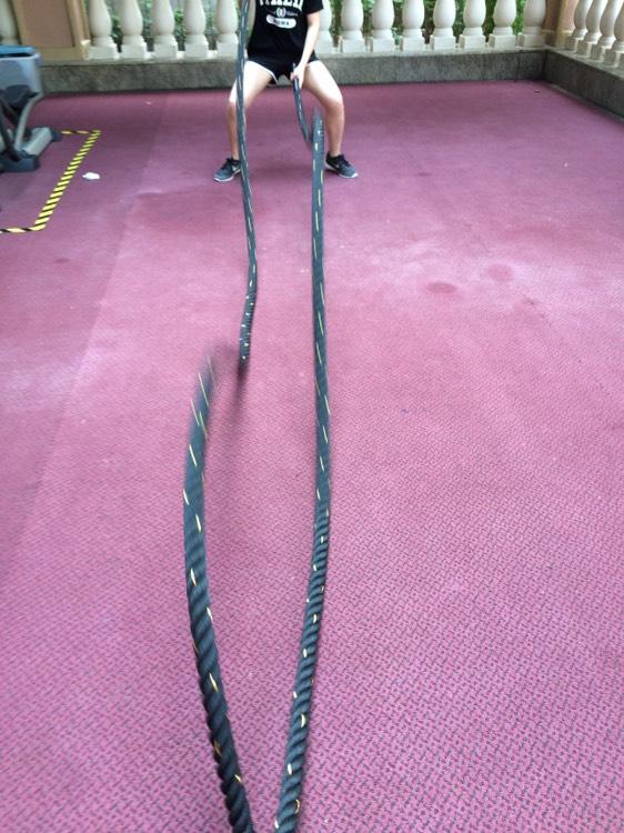 女士們一樣可以利用戰繩進行修身訓練