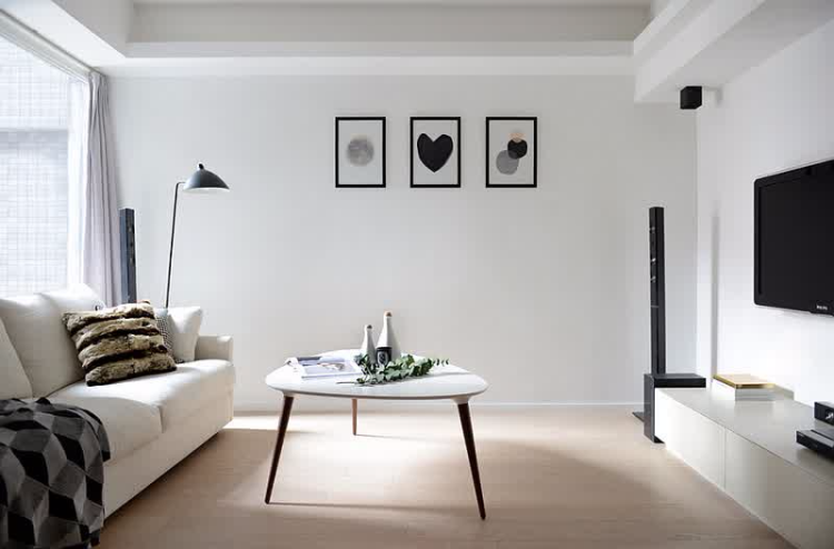 清水房?Budget有限?唔緊要,油一面淺灰色牆,木地板。簡單
