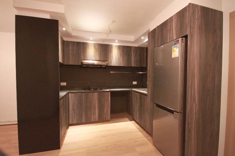 半開放式廚房,與飯廳連結,而用廚櫃把客廳間開!沉木色廚櫃對比淺木色地板,特顯高雅!
