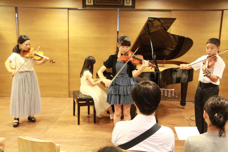 孟孟老師的提琴學生與鋼琴學生合奏卡農。