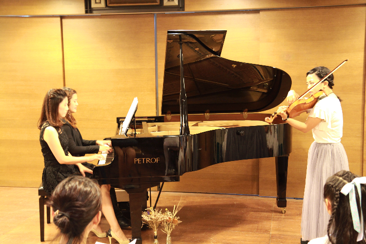 孟孟老師演奏小提琴與鋼琴老師一同合奏演出。