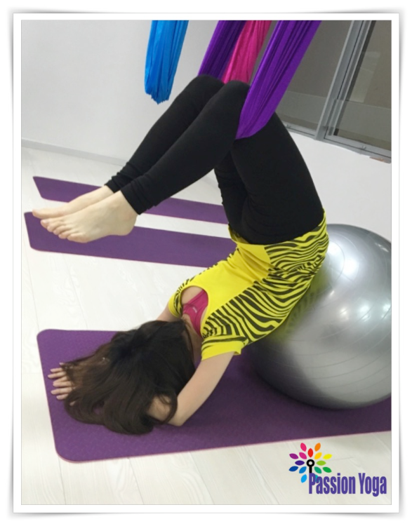 空中瑜伽 -通過地心吸力達致深層伸展,能更安全及輕鬆地掌握一些瑜伽式子。