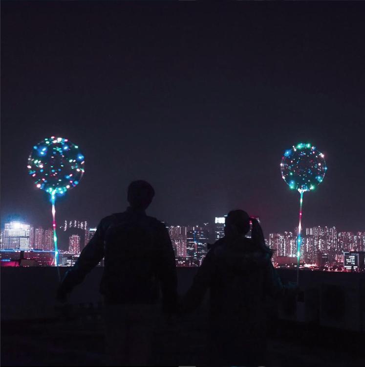 客人來圖-訂購氣球進行情侶拍攝