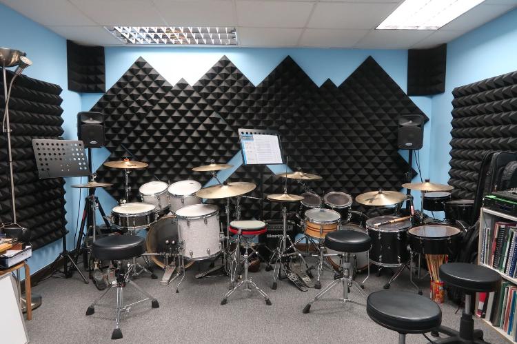 配有兩套專業爵士鼓及音樂器材的專業琴室
