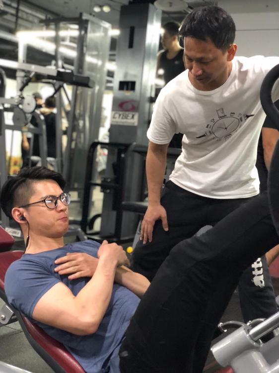 學生Steven器械腿推舉