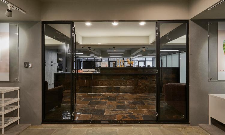 工業風格-石板磚,黑色鋁框門,清水泥漆