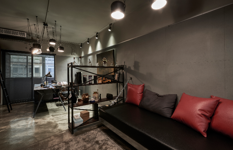 工業風格-裸露的天花板,水泥粉光,黑色鐵件顯示個性化